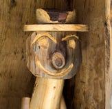 Tallas de madera cerca de una choza alpina imagen de archivo libre de regalías