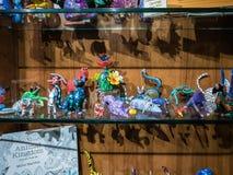 Tallas de madera del libro de colorear y de Oaxacan en la exhibición en la tienda de regalos, Imágenes de archivo libres de regalías