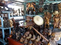 Tallas de madera y decoraciones caseras en una tienda foto de archivo