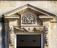Tallas de piedra adornadas en arquitrabe sobre la entrada de la puerta al edificio georgiano en el cuadrado de la reina, baño, Re imagen de archivo libre de regalías