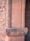 Tallas de piedra rojas florales en la entrada Foto de archivo libre de regalías