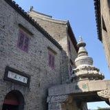 Tallas de piedra y casas viejas foto de archivo libre de regalías