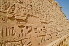 Tallas en las paredes en Luxor antiguo, Egipto Imagenes de archivo
