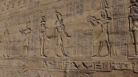 Tallas jerogl?ficas en una pared egipcia antigua del templo metrajes
