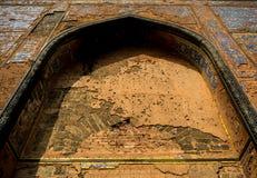 Tallas y trabajo islámicos del estuco sobre una pared fotos de archivo libres de regalías