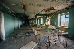 Taller abandonado y arruinado en la fábrica abandonada de componentes de radio Fotos de archivo