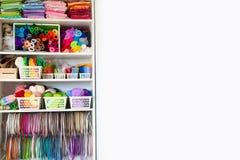 Taller casero con los accesorios para la costura Bolas para el knittin Imágenes de archivo libres de regalías