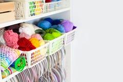 Taller casero con los accesorios para la costura Bolas para el knittin Imagenes de archivo