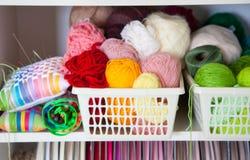 Taller casero con los accesorios para la costura Bolas para el knittin Foto de archivo libre de regalías