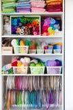 Taller casero con los accesorios para la costura Bolas para el knittin Foto de archivo