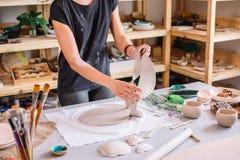 Taller de la cerámica del artesano, adornamiento del pote de arcilla Imagen de archivo libre de regalías