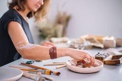 Taller de la cerámica del artesano, adornamiento del pote de arcilla Fotografía de archivo libre de regalías