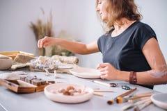 Taller de la cerámica del artesano, adornamiento del pote de arcilla Imágenes de archivo libres de regalías