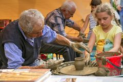 Taller de la cerámica: fabricación de un florero de la arcilla fotos de archivo
