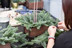 Taller de la decoración de la Navidad con sus propias manos La caja de madera de la Navidad con el abeto ramifica para el día de  Fotografía de archivo