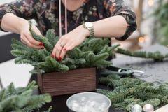 Taller de la decoración de la Navidad con sus propias manos La caja de madera de la Navidad con el abeto ramifica para el día de  Imagenes de archivo