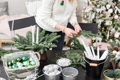 Taller de la decoración de la Navidad con sus propias manos La caja de madera de la Navidad con el abeto ramifica para el día de  Imagen de archivo libre de regalías