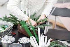 Taller de la decoración de la Navidad con sus propias manos La caja de madera de la Navidad con el abeto ramifica para el día de  Fotos de archivo