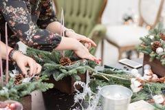 Taller de la decoración de la Navidad con sus propias manos La caja de madera de la Navidad con el abeto ramifica para el día de  Foto de archivo libre de regalías
