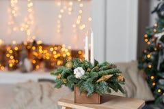 Taller de la decoración de la Navidad con sus propias manos La caja de madera de la Navidad con el abeto ramifica para el día de  Imágenes de archivo libres de regalías