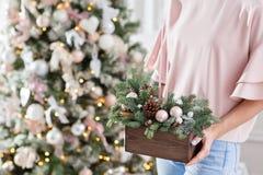 Taller de la decoración de la Navidad con sus propias manos La caja de madera de la Navidad con el abeto ramifica para el día de  Fotos de archivo libres de regalías