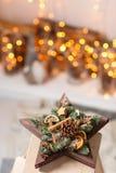 Taller de la decoración de la Navidad con sus propias manos La estrella de la caja de madera de la Navidad con el abeto ramifica  Imagen de archivo