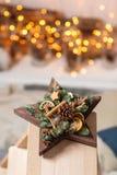 Taller de la decoración de la Navidad con sus propias manos La estrella de la caja de madera de la Navidad con el abeto ramifica  Fotografía de archivo libre de regalías