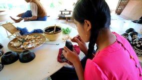 Taller de Lacquerware en Bagan, Myanmar almacen de metraje de vídeo
