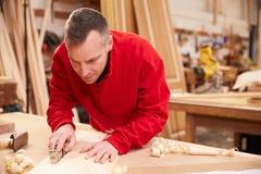 Taller de Planing Wood In del carpintero fotos de archivo libres de regalías