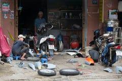 Taller de reparaciones de la motocicleta, Vietnam Imagen de archivo libre de regalías