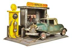 Taller de reparaciones del coche retro del juguete aislado en blanco Foto de archivo libre de regalías