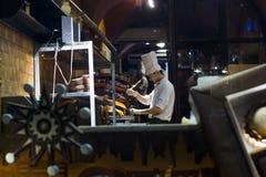 Taller del chocolate de Lviv Chocolateo de colada del confitero fotografía de archivo