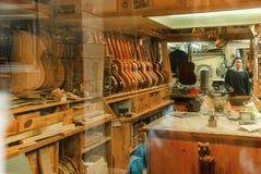 Taller del escaparate de Barcelona para la fabricación de instrumentos atados fotos de archivo