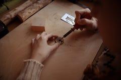 Taller del pirograbado de la muchacha del pelirrojo Fotos de archivo libres de regalías