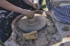 Taller del ` s del alfarero, arcilla en una rueda del ` s del alfarero fotografía de archivo libre de regalías