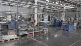 Taller espacioso grande de una empresa industrial grande Cámara en el movimiento en el estabilizador almacen de metraje de vídeo