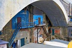 Talleres, debajo de un t?nel en Nirva, G?nova, Italia imagenes de archivo