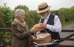 40-talleveransman och äldre husfru royaltyfri bild