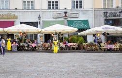 Tallin, el 23 de agosto de 2014 - terraza céntrica de Tallin en Estonia Foto de archivo