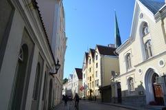 TALLIN, ESTONIA 24 2015 SIERPIEŃ - Turystyczny widok Stara Grodzka architektura w Tallinn, Estonia Zdjęcie Stock