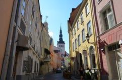 TALLIN, ESTONIA 24 2015 SIERPIEŃ - Turystyczny widok Stara Grodzka architektura w Tallinn, Estonia Zdjęcia Royalty Free