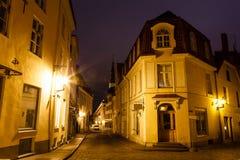 Старая улица Tallinn в ноче Стоковые Изображения