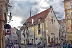 Tallinn berömd restaurang Olde Hansa Arkivbild