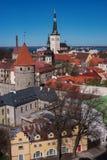 Tallinn Città Vecchia sulla collina di Toompea, Estonia, vista panoramica con i tetti di mattonelle rosse tradizionali, le chiese Immagini Stock Libere da Diritti