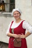 TALLINN 2 de noviembre. Muchacha en vestido medieval en la ciudad Hall Square i foto de archivo libre de regalías