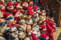 Tallinn, Eesti - December 2017: Little gnome and viking statues stock images