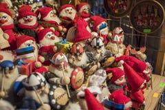 Tallinn, Eesti - em dezembro de 2017: Poucos gnomo e estátuas de viquingue imagens de stock