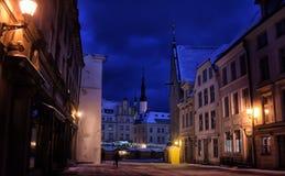 Tallinn en la noche en invierno Foto de archivo libre de regalías