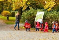 tallinn Enfants en bas âge pour une promenade Photo stock