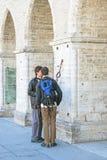 Tallinn Estónia Dois jovens perto da câmara municipal Imagens de Stock Royalty Free